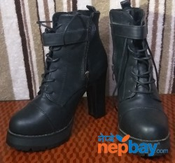 Black Short boot with less